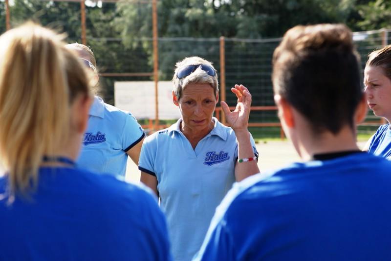 CENTRONE-Marina-il-discorso-alla-squadra-nel-pre-partita-Italia-Euro-Softball-2f-Oldmanagency.jpg