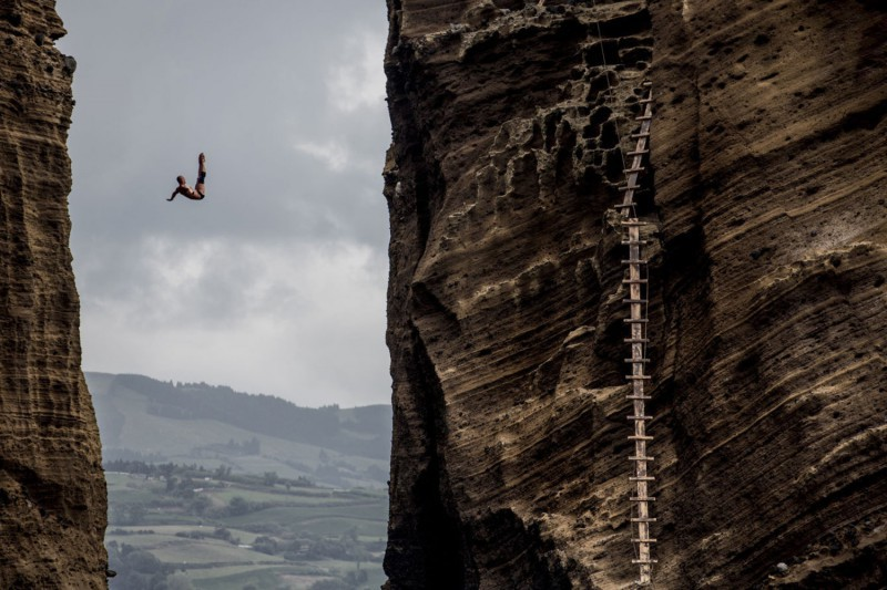 Artem-Silchenko-red-bull-cliff-diving-azzorre-tuffi-grandi-altezze-foto-red-bull.jpg