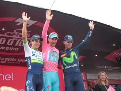 VIDEO – Giro d'Italia 2016, premiazione: Vincenzo Nibali canta l'Inno di Mameli sul podio