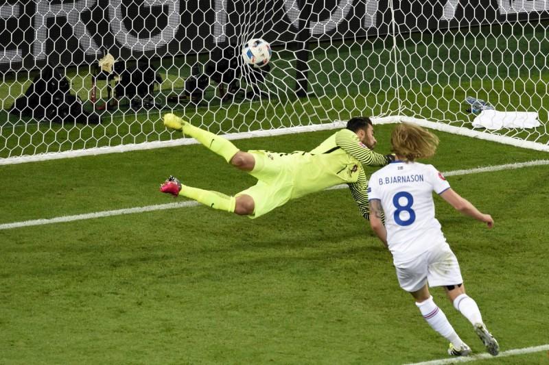 Bjarnason-Islanda-calcio-foto-twitter-uefa-euro-2016.jpg