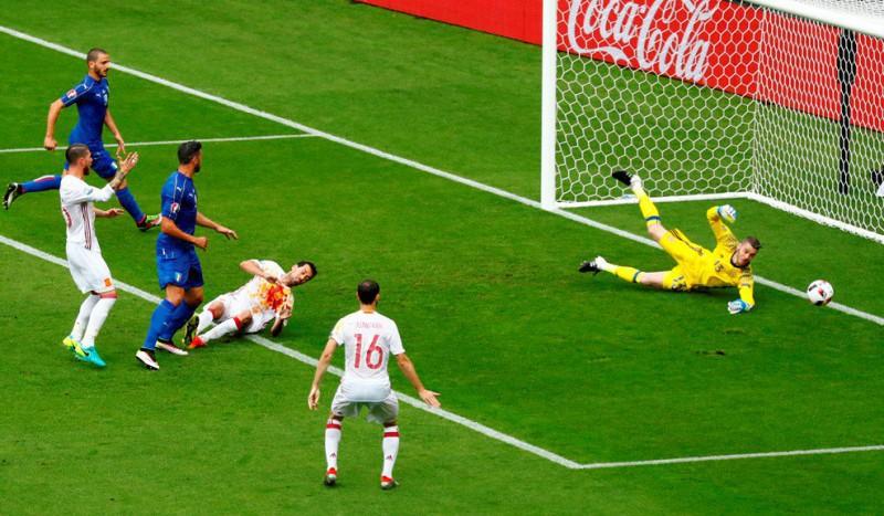 De-Gea-parata-su-Pellè-italia-spagna-calcio-foto-twitter-uefa-euro-2016.jpg