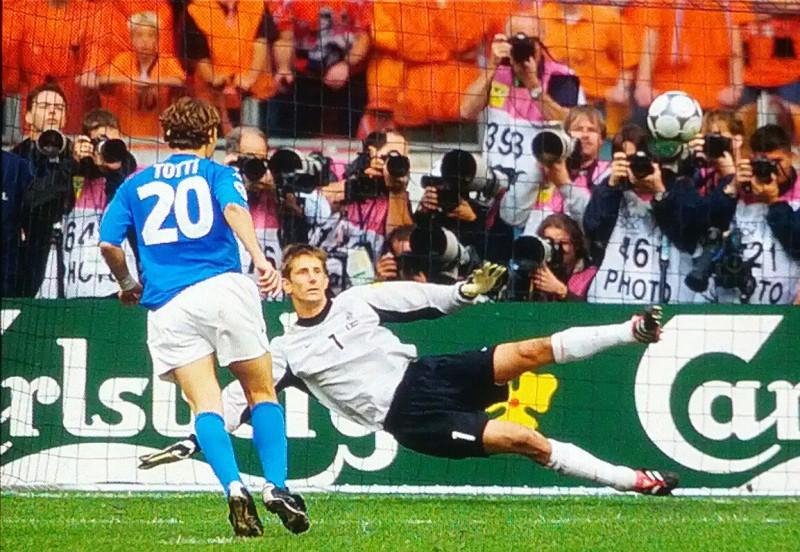 Totti-cucchiaio-calcio-foto-wikipedia-olanda.jpg