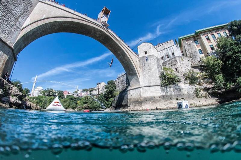Tuffi-grandi-altezze-mostar-foto-facebook-red-bull-cliff-diving.jpg