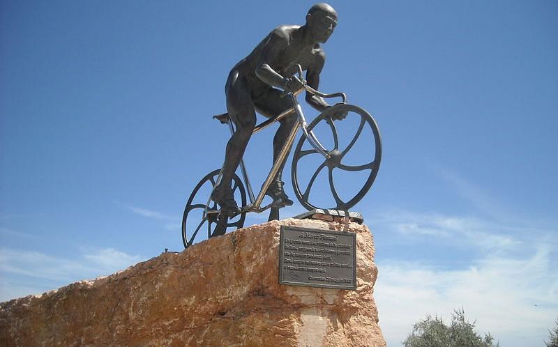 statua-pantani-http-www.gnu_.orglicensesfdl.html-e1474101681869.jpg