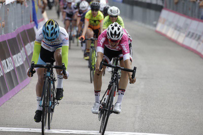 Paura al Giro d'Italia femminile, cade un'atleta: è in gravi condizioni