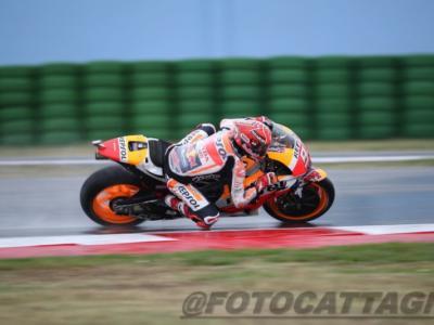 MotoGP, GP Aragon 2017 – Prove libere 1: Marc Marquez subito primo sull'asfalto viscido. Valentino Rossi non rischia ma mette in mostra segnali positivi