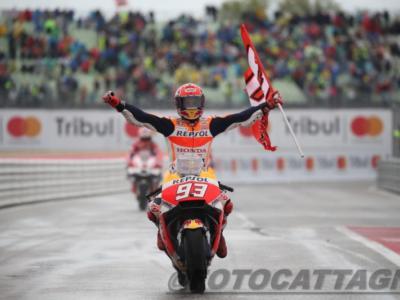 MotoGP, GP Spagna 2018: Marc Marquez vince e ipoteca il Mondiale. Pedrosa fa strike e atterra Lorenzo e Dovizioso. 5° Valentino Rossi