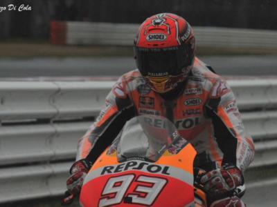 VIDEO MotoGP, GP Valencia 2017 – L'incredibile salvataggio di Marc Marquez! Rischia la caduta, ginocchio a terra, va nella ghiaia, rimane in piedi