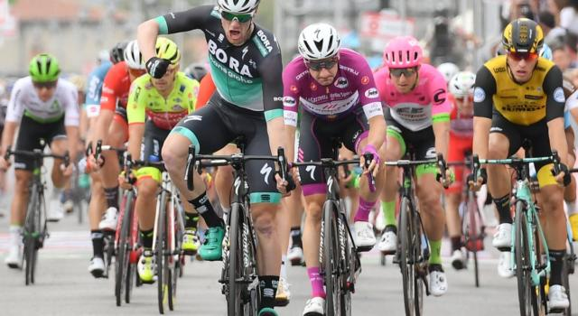 Giro d'Italia 2018, risultato settima tappa. Sam Bennett beffa Elia Viviani e trionfa a Praia a Mare
