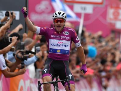 Giro d'Italia 2018, risultato 13a tappa: Elia Viviani vince di rabbia e consolida la maglia ciclamino