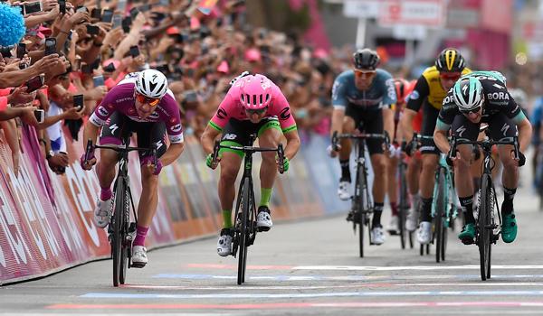 Giro d'Italia 2018: le pagelle della terza tappa. Elia Viviani si conferma il più forte, bene Modolo, manovra ingiustificata di Bennett