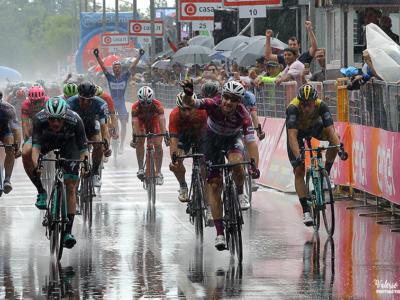 Giro d'Italia 2018, risultato 17a tappa: Elia Viviani, un fulmine sotto la pioggia! Fantastico poker, battuto Bennett