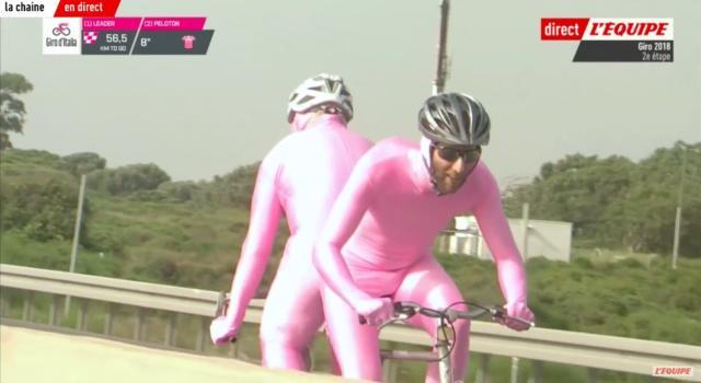 VIDEO Giro d'Italia 2018, un tandem folle in Israele! Uno pedala in avanti, l'altro all'indietro!