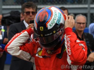 """F1, Kimi Raikkonen scambia il casco con Sebastian Vettel: """"Bello lavorare con te"""". L'addio alla Ferrari alla festa di Natale"""