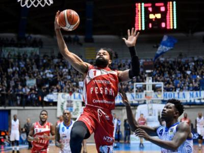 Basket, 7a giornata Serie A 2018-2019: nel posticipo Pesaro sbanca Cantù 87-90 al termine di una battaglia infinita