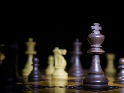 Scacchi, Mondiale blitz 2018: Carlsen e Artemiev al comando con 9.5 punti, tra le donne guidano Lagno e Khademalsharieh