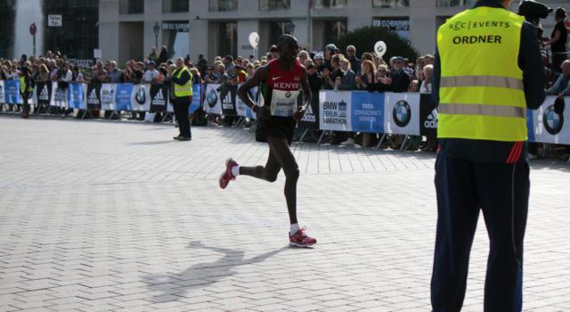 Atletica, Geoffrey Kamworor oltre l'umano: RECORD DEL MONDO di Mezza Maratona, a Copenhagen sfreccia in 58:01
