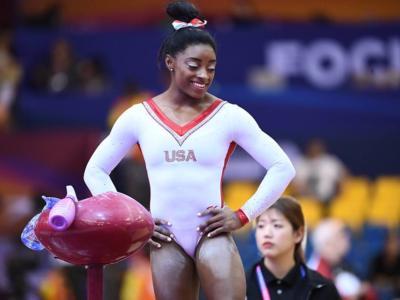 VIDEO Simone Biles cade di faccia al corpo libero, Ellie Black imita Stick It: che show al Superstars of Gymnastics