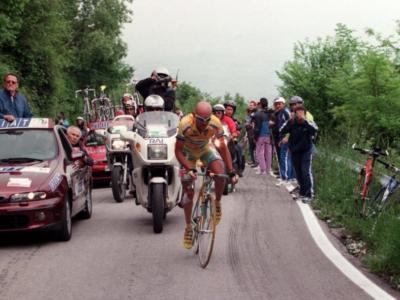 Tour de France: Marco Pantani sfianca Lance Armstrong a suon di scatti e lo stacca. L'ultima impresa del Pirata – VIDEO