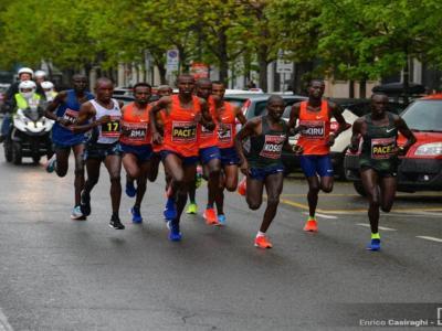 RECORD DEL MONDO di mezza maratona: Kibiwott Kandie scrive la storia, 4 uomini sotto i 58 minuti!