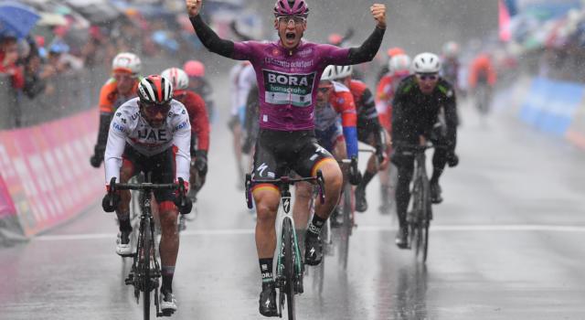VIDEO Giro d'Italia 2019, quinta tappa: highlights e sintesi. Pascal Ackermann vince in volata, pioggia battente. Dumoulin si ritira