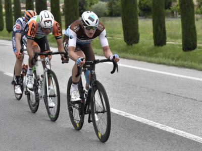 VIDEO Spettatore folle lancia una bicicletta in strada mentre passa il Giro d'Italia! Evitato l'incidente per un soffio