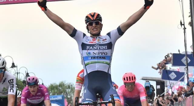 Giro d'Italia 2019, risultato diciottesima tappa: straordinaria vittoria di Damiano Cima, che resiste al rientro del gruppo. Secondo Pascal Ackermann