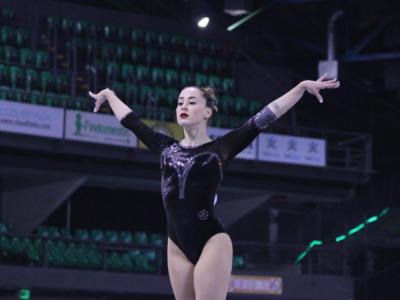 VIDEO Carlotta Ferlito accetta la sfida di Simone Biles: #handstandchallenge, togliersi i pantaloni restando in verticale