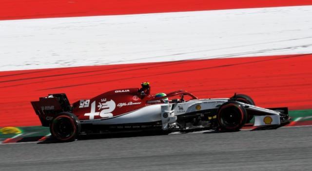 VIDEO F1, esplode il motore Ferrari sull'Alfa Romeo di Antonio Giovinazzi