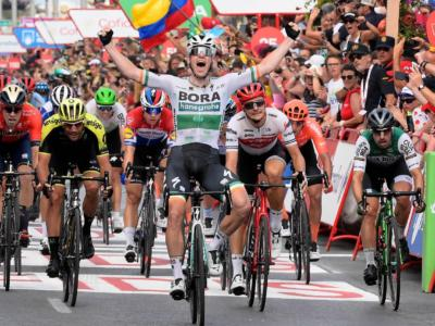 Vuelta a España 2019, risultato quattordicesima tappa: Sam Bennett trionfa in una volata molto particolare