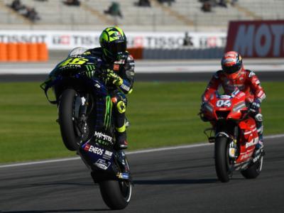 VIDEO Valentino Rossi, fumo dalla Yamaha del Dottore: problemi al motore durante i Test