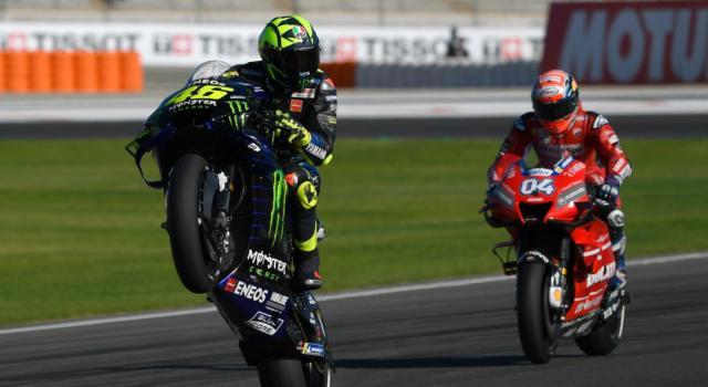 """Valentino Rossi e un dicembre di fuoco: prima lo """"scambio"""" con Hamilton, poi la 12 Ore di Abu Dhabi con Ferrari. L'agenda del Dottore"""