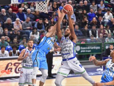 Basket, Serie A 2019-2020: la Dinamo Sassari vince il posticipo del lunedì, Cremona battuta con uno strepitoso Dwayne Evans