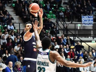 Basket, Serie A 2020: Brescia carbura piano, ma poi ha la meglio su Cantù e vince 82-93