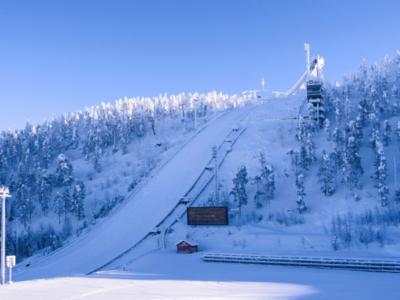 Salto con gli sci: Austria dominante nella gara a squadre mista, Italia nona a causa di una squalifica