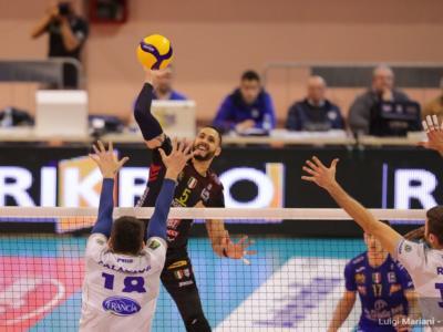 Volley, Supercoppa 2020, semifinali (ritorno). Che battaglia tra Civitanova e Trento! Perugia: un set per la finale