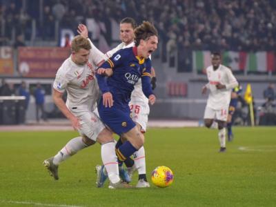 VIDEO Nicolò Zaniolo si infortuna nel primo tempo di Roma-Juventus. Cede il ginocchio del giallorosso