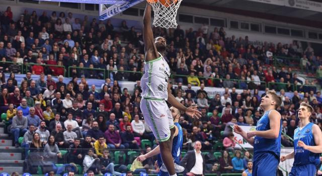 LIVE Pesaro-Dinamo Sassari 82-107, Serie A basket 2020 in DIRETTA: i sardi travolgono i padroni di casa con super Pierre