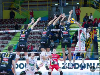 Volley, SuperLega: Verona vince al tie-break un match spettacolare sul campo di Latina