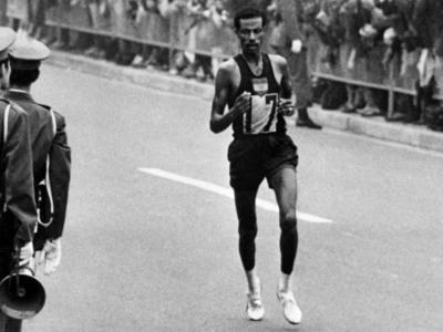 Storia delle Olimpiadi: Abebe Bikila e la notte romana del maratoneta a piedi nudi