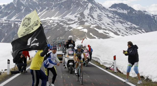 """Giro d'Italia 2020, neve sullo Stelvio. La Corsa Rosa riuscirà a passare? """"Faremo di tutto, anche i ciclisti dietro ai gatti"""". E il piano B…"""