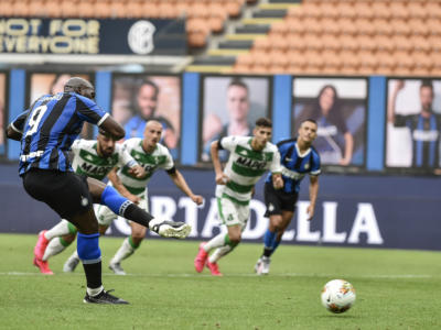 Calcio, l'Inter pareggia con il Sassuolo per 3-3 nella 27ma giornata della Serie A 2020