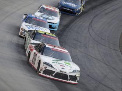 NASCAR Xfinity Series, Harrison Burton svetta all'ultima curva su Noah Gragson