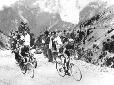Fausto Coppi e Gino Bartali, chi ha dato la borraccia all'altro? Nella leggendaria fotografia spunta un terzo uomo!