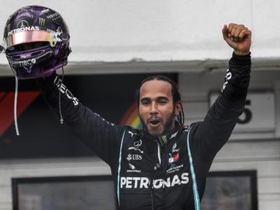 Lewis Hamilton tira la corda. Quanti soldi gli ha offerto la Mercedes? Cifra faraonica e AMG One in omaggio, ma…