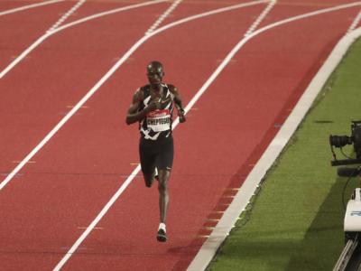 Atletica, RECORD DEL MONDO: Joshua Cheptegei cancella Bekele! Super 12:35.36 sui 5000 metri. Crippa si ritira