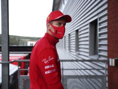 F1, Sebastian Vettel fa la prova sedile con Aston Martin: primo incontro con la nuova squadra