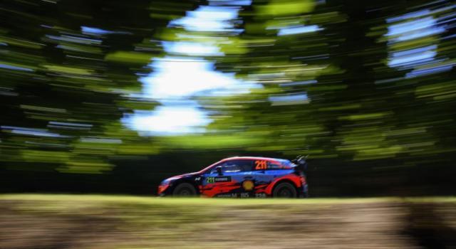Rally Turchia 2020: Thierry Neuville saldamente in testa dopo due giorni davanti a Loeb e Ogier, ritiro per Tanak