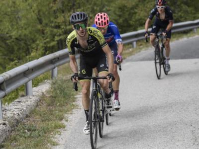 Tirreno-Adriatico 2020: Simon Yates sbaraglia la concorrenza, tappa e maglia a Sassotetto. Settimo Masnada