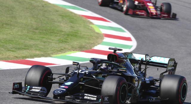 F1, risultato GP Toscana 2020: Lewis Hamilton vince tra incidenti e bandiere rosse! Ferrari soffre: Leclerc 8°, Vettel 10°